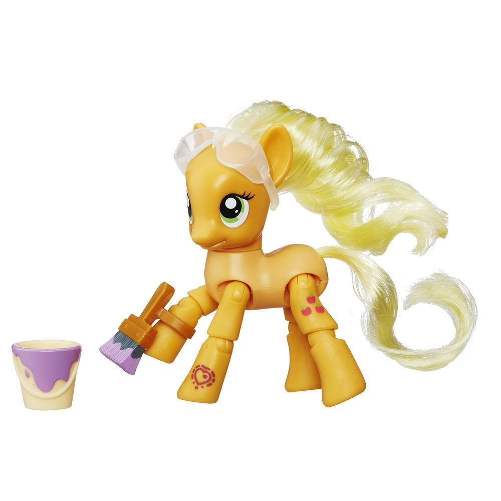 Figurina My Little Pony Explore Equestria - Applejack picteaza, 7.5 cm